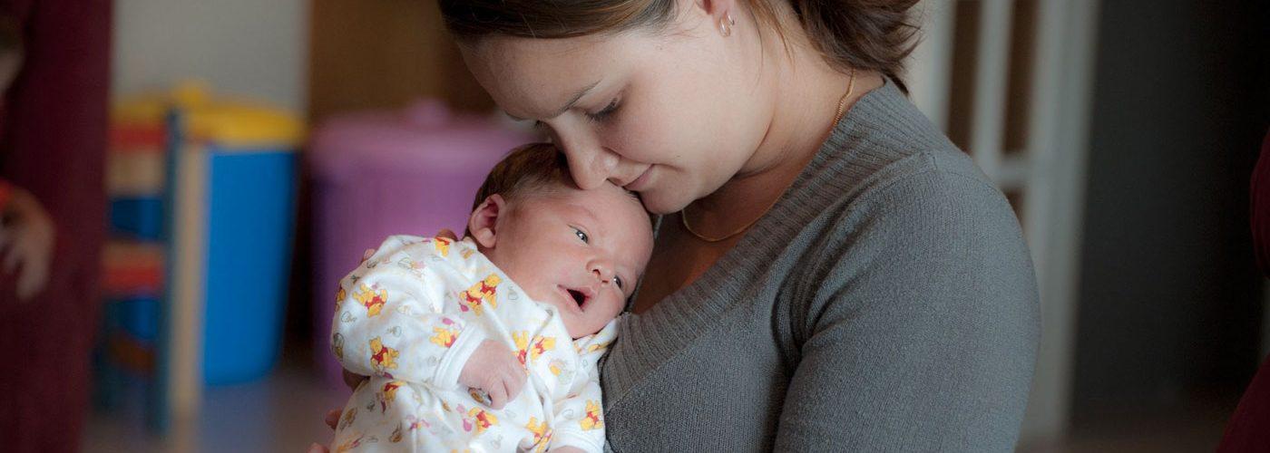 Maman-bebe-calin-Pixabay